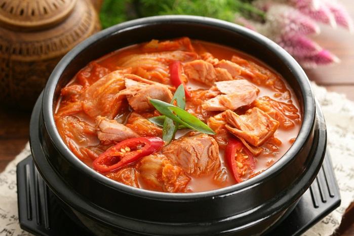 Кимчиччиге – тушёные в бульоне овощи с кимчи и мясом