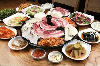 Самгёпсаль – блюдо из жареной свинины с закусками